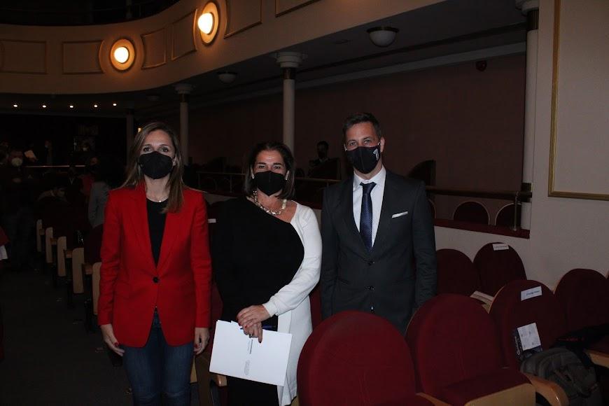La delegada de Gobierno, Maribel Sánchez, la decana del Colegio de Economistas, Ana Moreno, y el presidente de la Asociación de Jóvenes Empresarios, Antonio J.  García