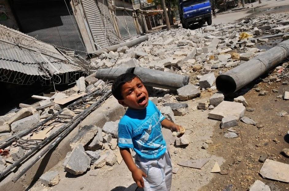 Un bambino in una zona di guerra