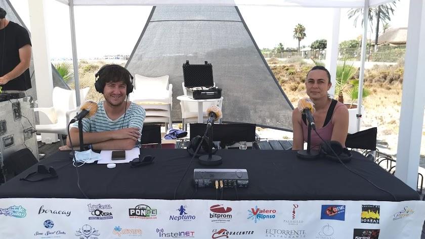 La responsable del proyecto \'Mi Playa Bonica\' antes de la entrevista con Guillermo Mirón.