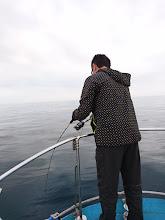 """Photo: """"タケウチさん""""もフィーッシュ! ・・・でしたが水面でフックアウト! 「ズーヤーやった。」"""