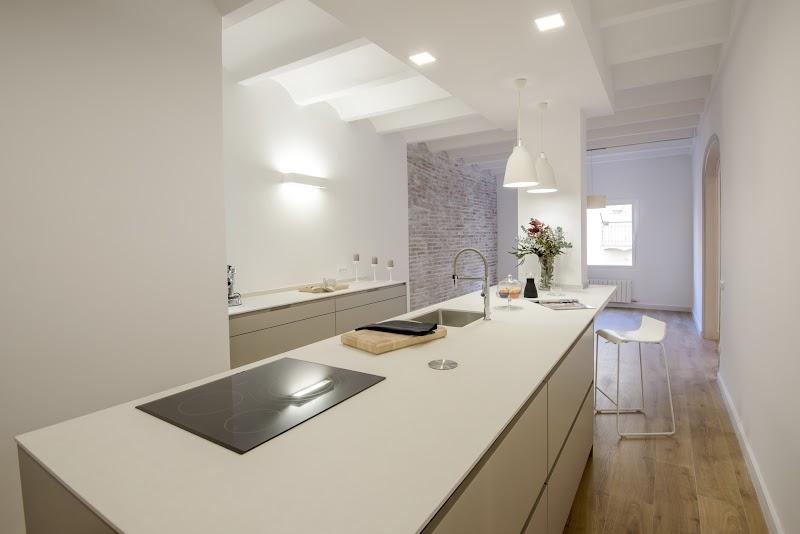 Cocina con una gran isla central - Santos Maragall