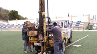 Técnicos realizando un estudio sobre la estabilidad del campo levantado sobre una escombrera años atrás.