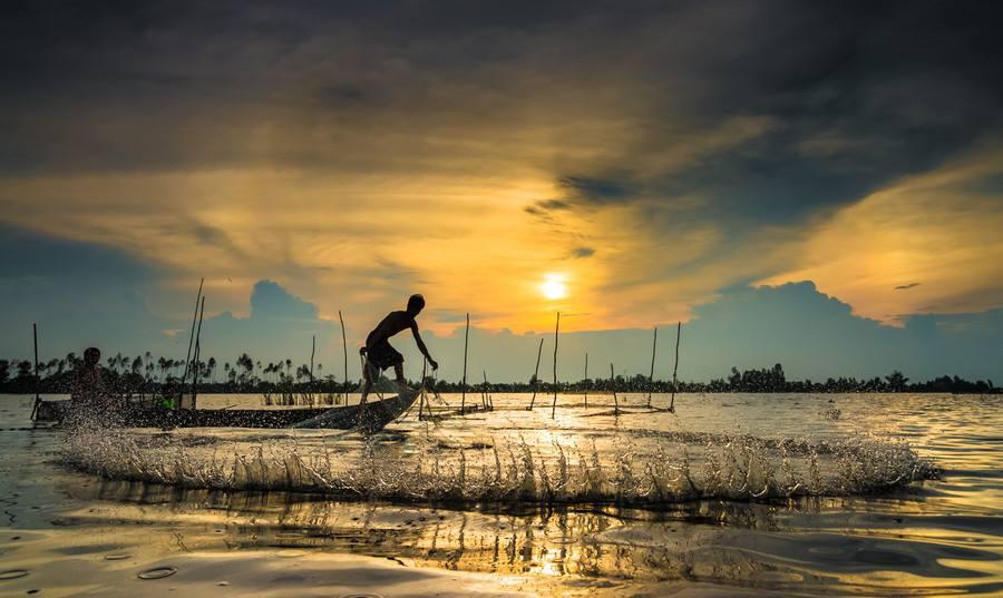 Fishing by Bom Bo - People Street & Candids ( water, fish, vietnam, boat, people, sun, human, sky, mekong delta, flood, cloud, fishing, man )