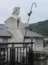 Photo: Monumento a los peregrinos sobre el mismo puente medieval.