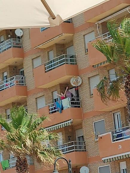 Una vecina de Adra se ha animado a bailar zumba desde el balcón de su casa