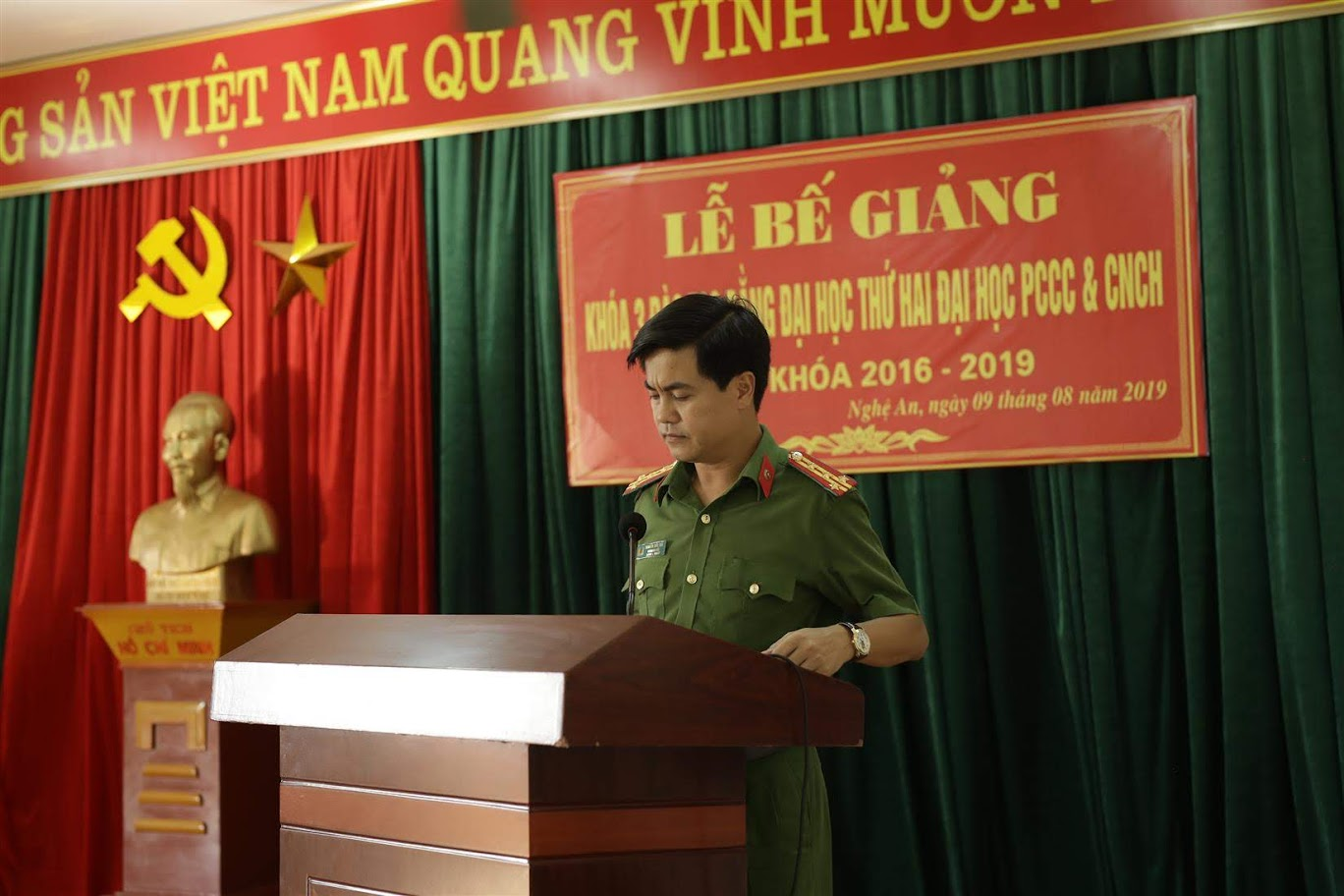 Đồng chí Đại tá Nguyễn Đức Hải – Phó Giám đốc Công an tỉnh Nghệ An chúc mừng các học viên tốt nghiệp.