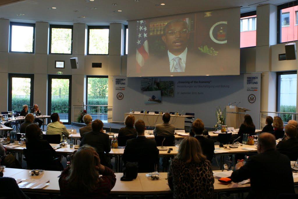 Photo: Die Konferenzteilnehmer verfolgen eine Videobotschaft von William Spriggs