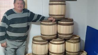 El virgitano Eduardo Ortega, con sus barriles recién hechos.