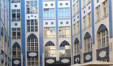 Photo: Hof I der Hackeschen Höfe; Jugendsti-Fassade August Endell