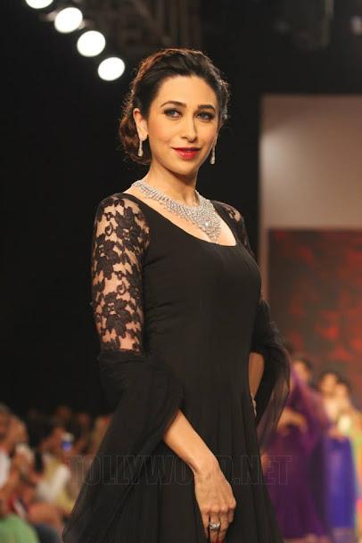 Karishma Kapoor rampwalk, Karishma Kapoor fashion show