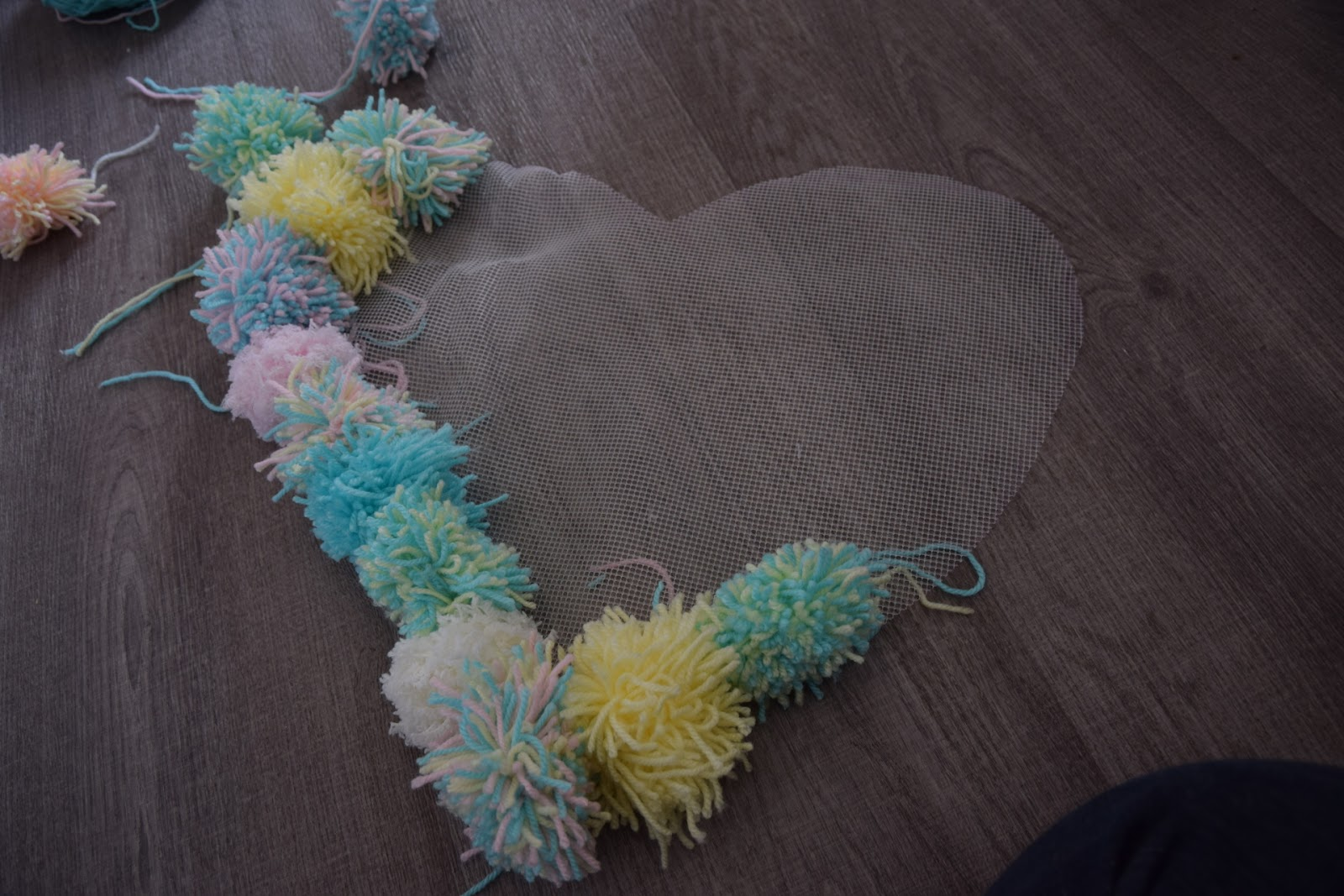 """(<img alt=""""how to make a pompom rug"""">)"""