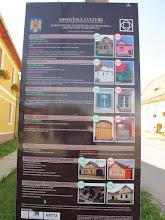 Photo: Rou5Ins315-151003panneau directives rénovation habitations, Biertan, ville IMG_9043