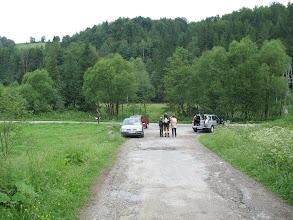 Photo: 01.Start w Rzekach. Na pierwszym planie widoczna dwójka turystów - ojciec i syn, którzy będą mi towarzyszyć na trasie do Schroniska im. W. Orkana. Pełna relacja: https://docs.google.com/file/d/0B4mTQSNAPpidbVhSQl9ma08yRzQ/edit