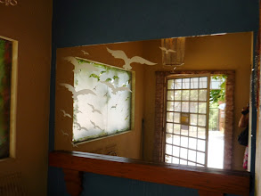 Photo: No espelho lateral as gaivotas recordadas em adesivo voam sobre o vidro. http://celiamartins.blogspot.com/