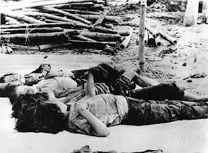 Photo: BÊN THẮNG CUỘC - HUY ĐỨC        Terrorist Communists attacked Thanh My Village (Quang Nam province) and killed many Vietnamese women and children in May 1970. http://www.vietnam.ttu.edu/virtualarchive/items.php?item=VA056316 Cộng sản khủng bố tấn công Thanh Mỹ Village (Quảng Nam). Giết chết nhiều phụ nữ và trẻ em Việt Nam tháng 5 năm 1970.