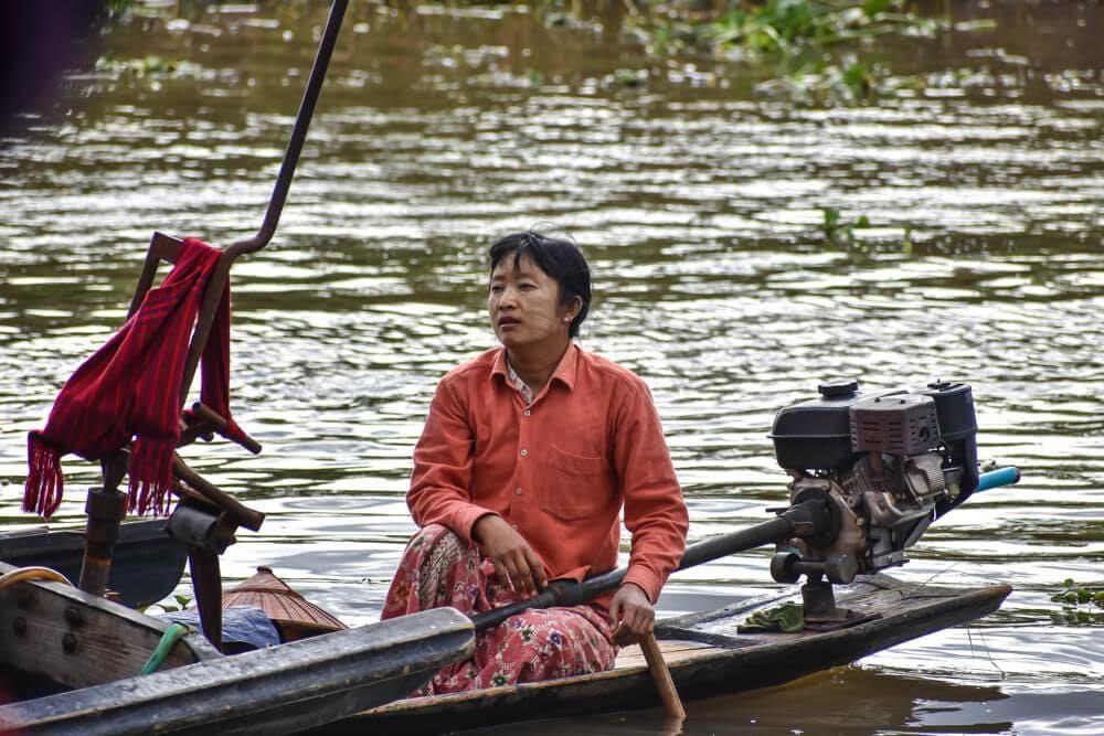 local+myanmar+woman+rowing+boat+inle+lake+Things+to+do+Inle+lake