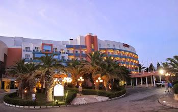Photo: 13.10.08St Paul's Bay, Qawra : hôtel Dolmen, façade au bord du soir