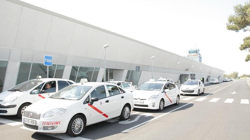 Taxis a las puertas del aeropuerto de la capital