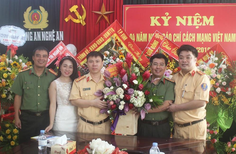 Phòng Cảnh sát giao thông Công an tỉnh chúc mừng Báo Công an Nghệ An