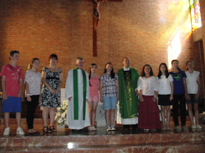 Photo: Fr. Ron, Fr. Gary, María José Garcia, Level 7 class