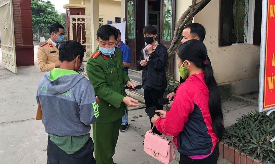 CA Anh Sơn phát khẩu trang miễn phí cho người dân đến làm thủ tục hành chính