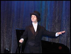 Photo: le chef d'orchestre fait son numéro - 2ème set - Laurent Bortolotti (claquettes)