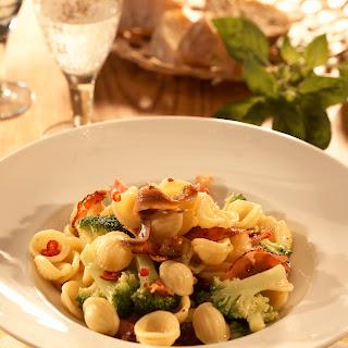 Orecchiette mit Broccoli, Speck und Chili