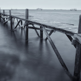 old pier by Erwan Photochrome - Landscapes Travel