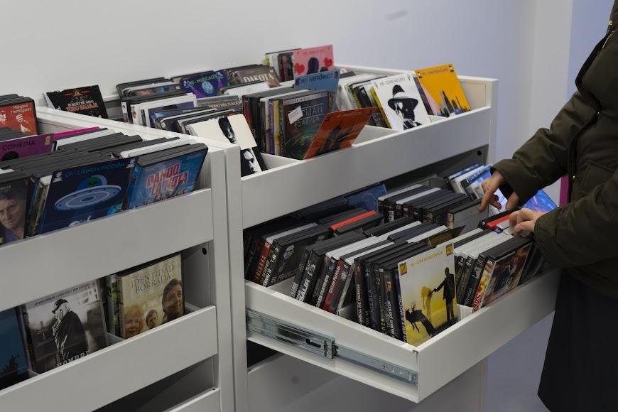 Películas en DVD en los fondos de la biblioteca José María Artero.