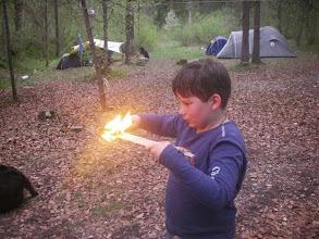 Photo: Ricco brennt sich einen Löffel