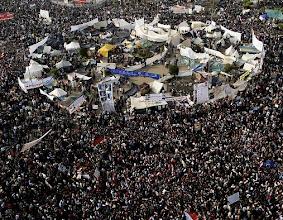 Photo: En la plaza ya no cabe nadie. Fotografía: AHMED JADALLAH | REUTERS