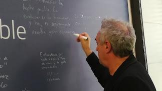 Momento de la firma de Ferran Adrià.