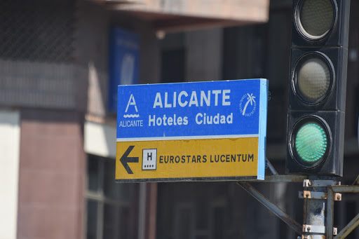 DSC_1340.jpg - Sign of Alicante pointing right to beach area and left to the city.
