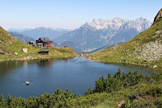 Photo: 31 Bergsteigerfreuden, Hüttengaudi und Wasserspaß am Wildeeloderhaus, mit Blick auf Steinplatte und Loferer Steinberge