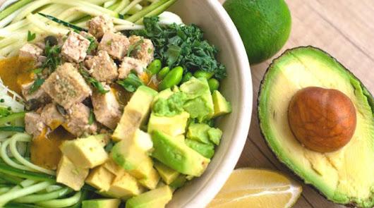 Ensalada de pollo, aguacate y mozzarella: te enseñamos cómo se prepara