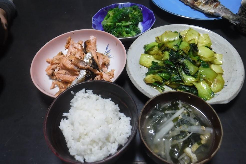 おいしい夕ご飯。大根とわかめの味噌汁、チンゲン菜のターメリック炒め、頂鱒の焼き魚、ブロッコリー