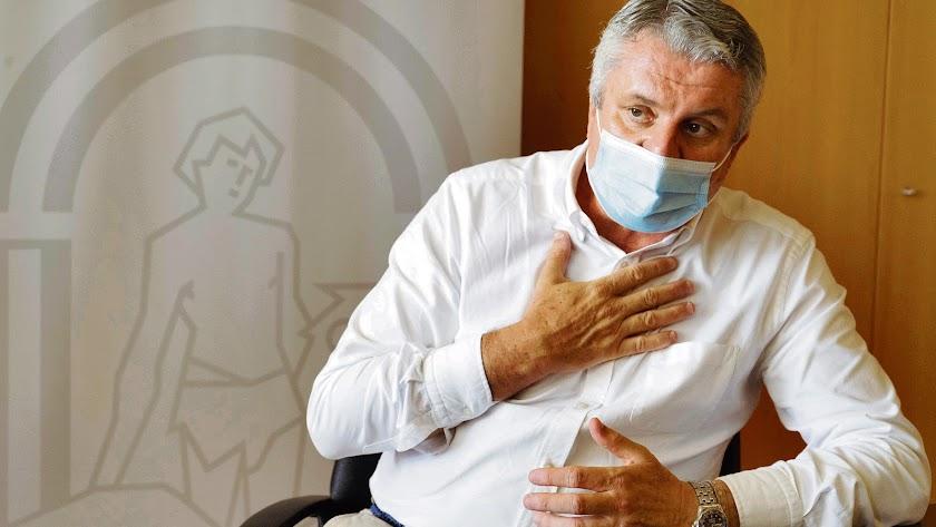 Juan de la Cruz Belmonte, en un momento de la entrevista en su despacho de la Delegación Territorial de Salud y Familias. Foto de Juan Pablo García.