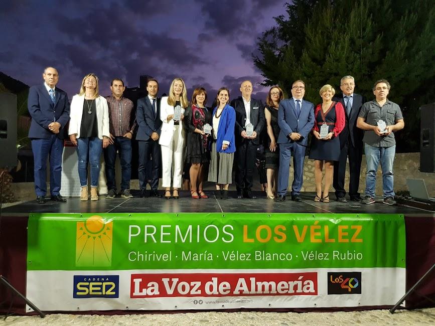 Foto de familia de los organizadores de los IV Premios Los Vélez y los galardonados.