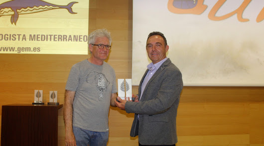 Andrés Pérez recibió el Premio Duna de manos del presidente del GEM, José Rivera.