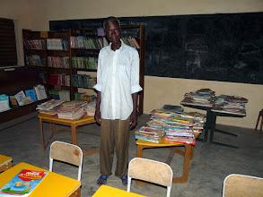 """Photo: le"""" vieux """" bibliothécaire est fier de son long travail de classement"""