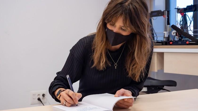 Isabel Jiménez, firmando un ejemplar hoy en la Biblioteca Municipal.