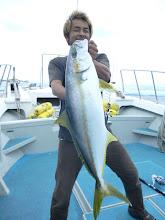 Photo: あはは。 船頭さん、シャクってヒラスキャッチ! ・・・あはは、またやっちゃった。 「お魚いますよー」