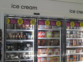 Photo: Los carteles de los precios con descuento que se encuentran en el circular Duane Reader, también aplicaron a los helados yummmmmmm!!