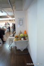 Photo: 2階の展示室 ACT5が会場です。 入り口にはポスターとフルーツ展示。
