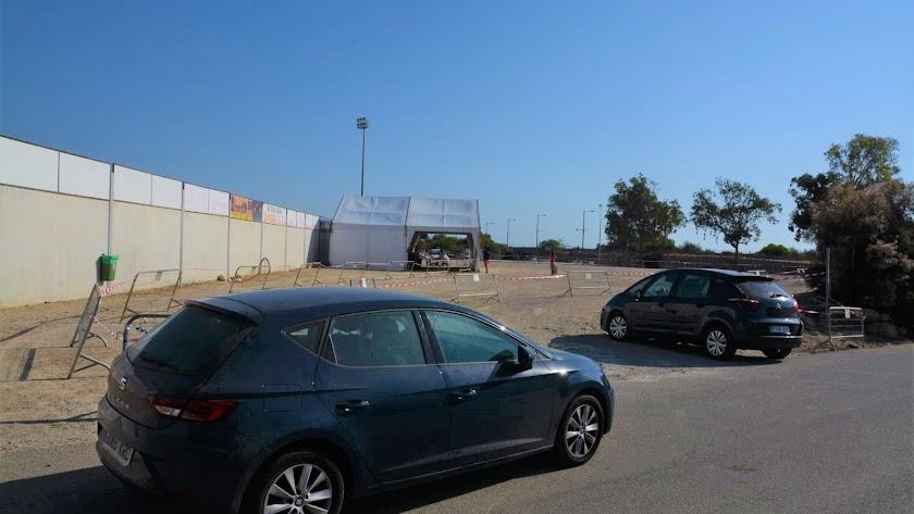 Automóviles accediendo al punto de recogida rápida de muestras habilitado en el campo de fútbol de La Mata (Mojácar).