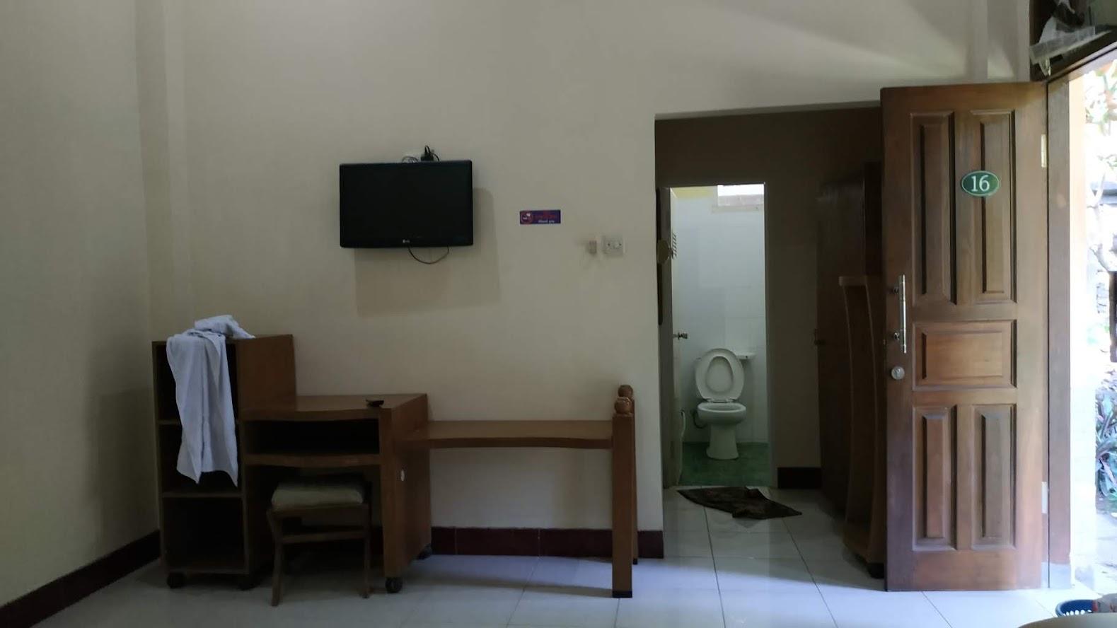 Ada lemari juga dekat kamar mandi
