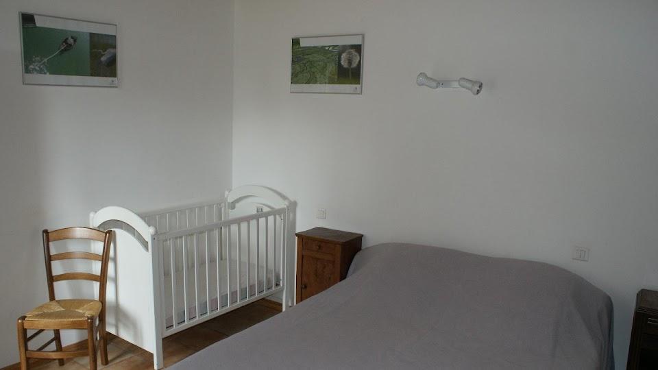 La Fermette gîte 3 étoiles à Surgères près de La Rochelle chambre double au rez-de-chaussée et lit bébé