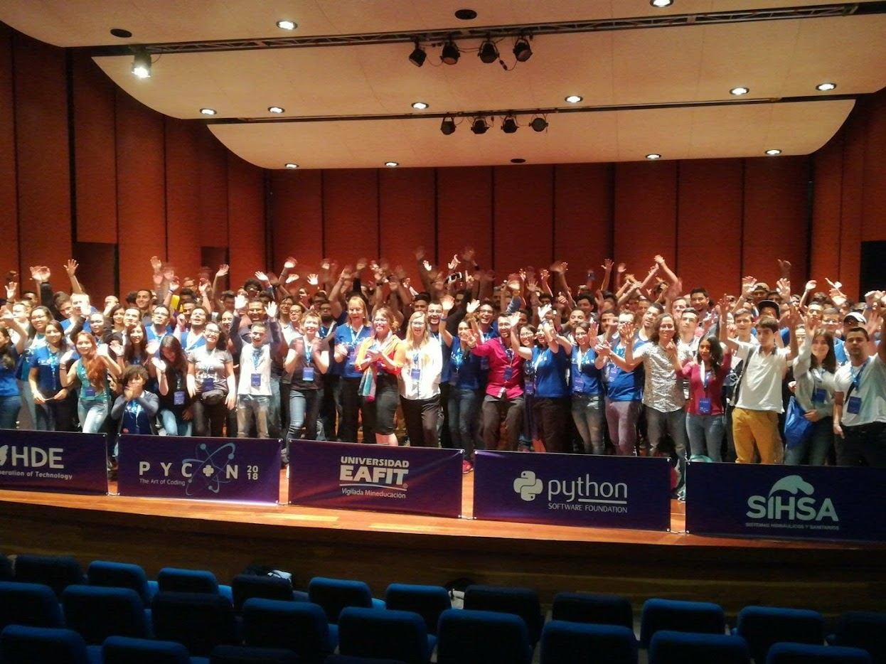 Foto de grupo de asistentes, conferencistas y organizadores de PyCon Colombia 2018.