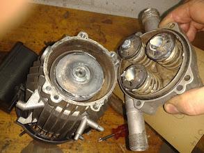 Photo: Monto el cuerpo de empujadores sobre el cuerpo del motor.