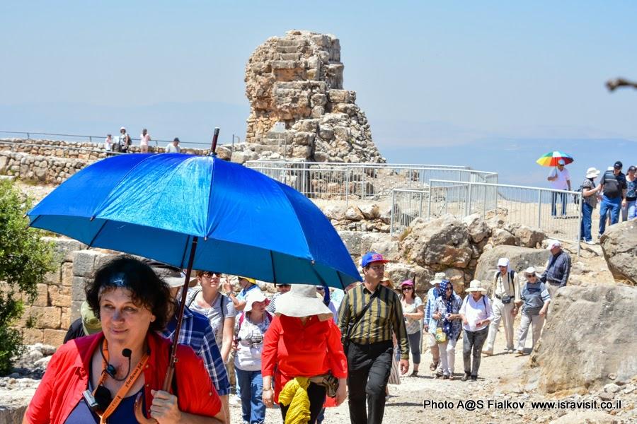 Гид по Израилю Светлана Фиалкова с группой туристов на экскурсии в крепости Нимрод.